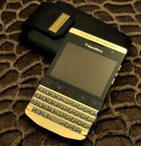 điện thoại Blackberry mạ vàng sang trọng