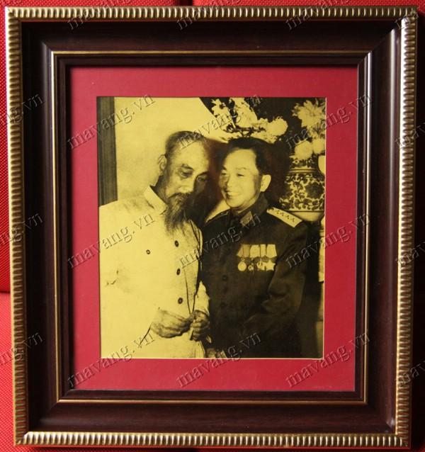 Ảnh Đại tướng chụp cùng Bác Hồ kính yêu