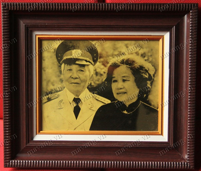 Ảnh Đại tướng chụp cùng cụ bà ( vợ ) mạ vàng 24K