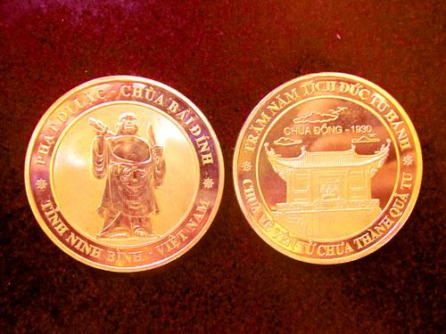 Đồng Lộc kim in hình chùa Đồng (Quảng Ninh) và tượng Phật Di lặc - chùa Bái Đính (Ninh Bình)