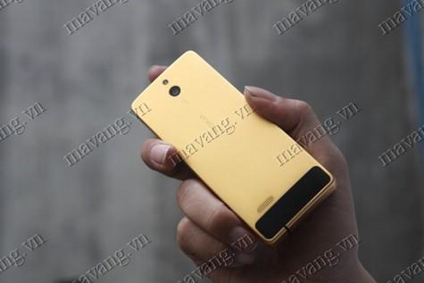 Nokia 515 mạ vàng đầu tiên trên thế giới