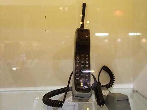 DYNA Tax 8000X, mẫu điện thoại di động đầu tiên sản xuất năm 1983 của Motorola.