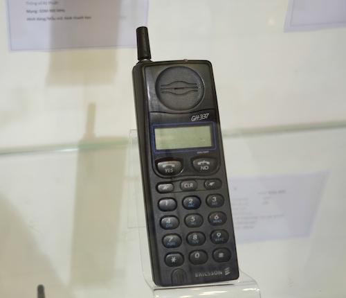 Ericsson GH337 ra mắt năm 1995 chạy mạng GSM 900 mAh hỗ trợ nhận SMS nhưng chưa cho gửi