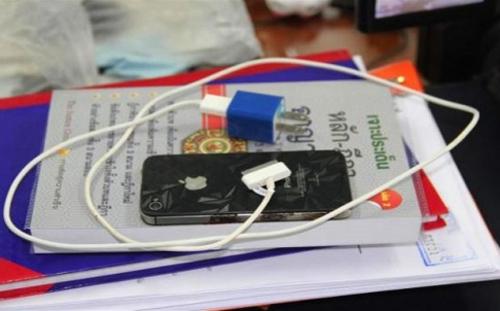 Hình ảnh iPhone 4S bị cháy và sạc pin.