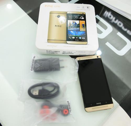 Hộp đựng máy với hình ảnh phiên bản Gold của HTC One, các chữ viết cũng có màu vàng