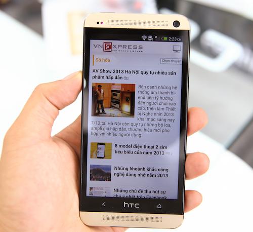 Màn hình và phần viền màu đen làm nổi bật bộ vỏ vàng của HTC One.