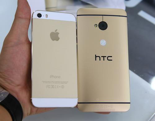 Màu vàng của HTC One đậm hơn so với màu vàng của iPhone 5S.