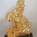 Ngựa phong thủy mạ vàng xuất hiện trên thị trường quà tặng Tết là hàng Trung Quốc?