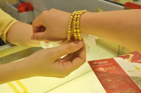 Giá vàng giảm, chênh lệch duy trì mức 2,5 triệu đồng/lượng