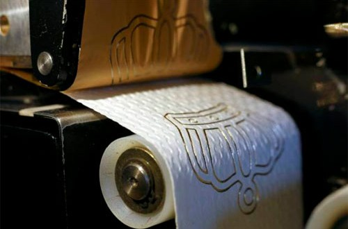 Cuộn giấy vệ sinh mạ vàng 24k giá 250 USD