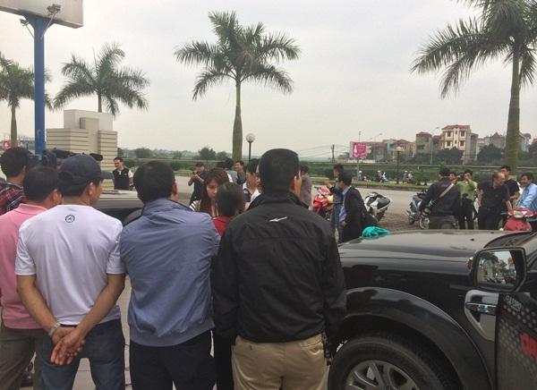 Rolls-Royce Phantom mạ vàng đính đá đỏ Ruby xuất hiện trên đường Hà Nội