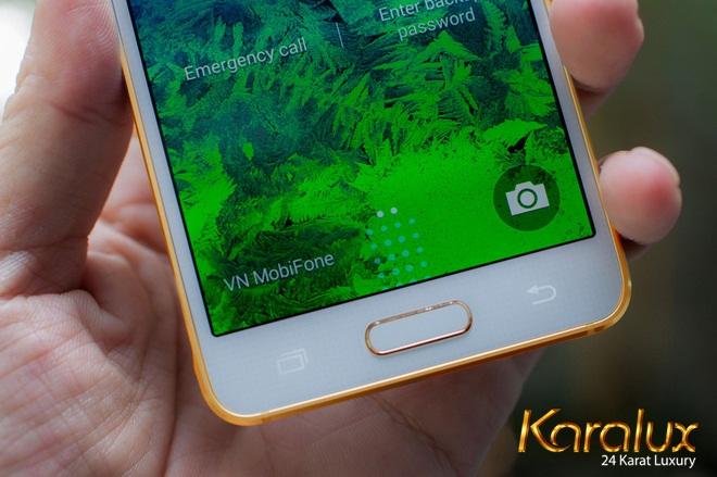 Mẫu điện thoại mạ vàng Galaxy Alpha mạ vàng chỉ đơn giản là mạ vàng 24K phần viền quanh thân máy nhưng đã đủ sự hấp dẫn và mơ ước sở hữu của các tín đồ đam mê dòng Androi thương hiệu Samsung này.