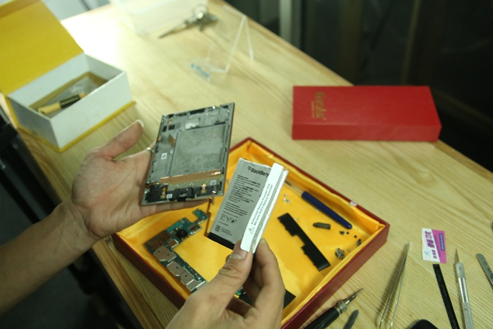 - Sau khi tháo xong ốc, công đoạn tiếp theo là tháo rời Pin ra. Bạn có thể dùng thìa nhựa để bẩy Pin lên, hoặc vật dụng không sắc. Nhẹ tay và bẩy lên từ từ.