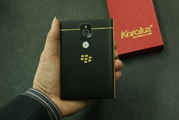 BlackBerry Passport điểm viền vàng nguyên khối