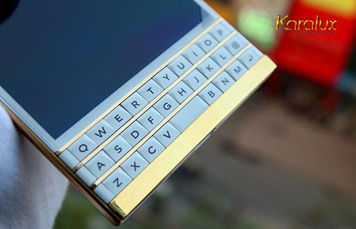 Blackberry Passport mầu trắng mạ vàng bởi VinaTAB / Karalux