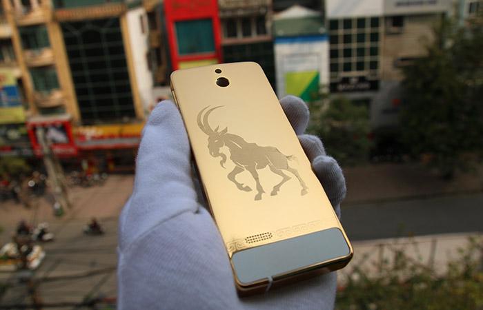 Nokia 515 mạ vàng chạm khắc hình Dê cho năm Ất Mùi 2015