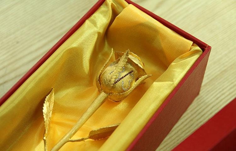 Bông hồng đúc vàng 24K đính kim cương làm quà tặng mùng 8/3/2015