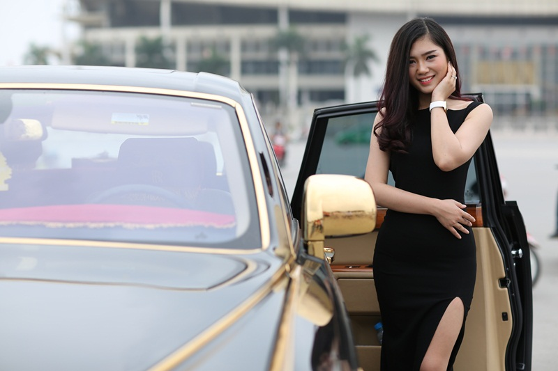 Người mẫu Lã Kiều Anh duyên dáng bên siêu xe Rolls-Royce Phantom mạ vàng