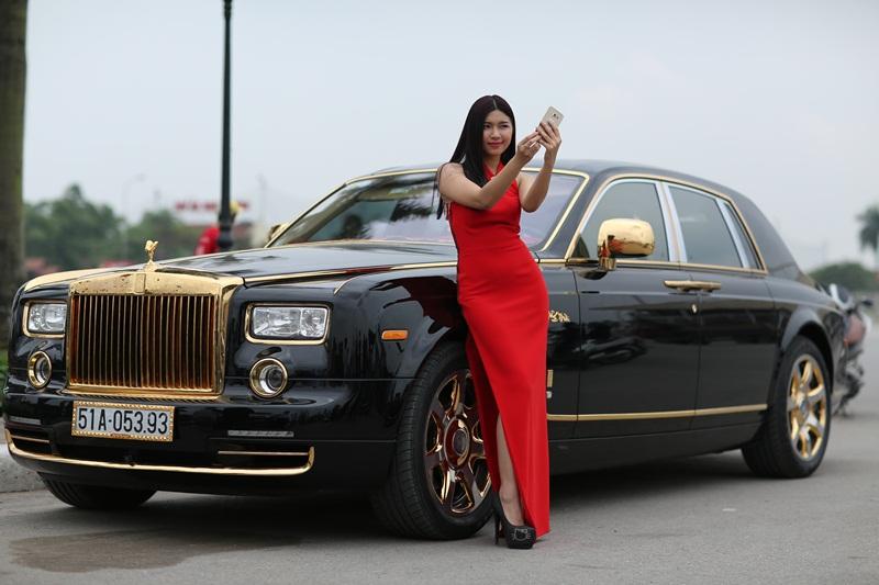 Lã Kiều Anh chụp mẫu cùng Rolls-ROyce Phantom mạ vàng 24K