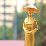 Quà tặng ngày 8/3 ý nghĩa: Tượng cô gái Việt Nam mạ vàng