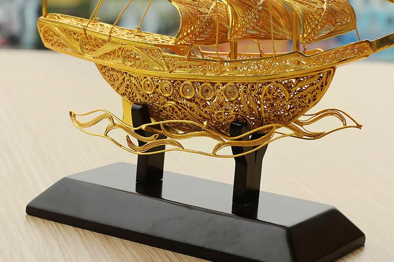 Giá bán mô hình Thuyền buồm thuận buồm xuôi gió bằng bạc mạ vàng 24k