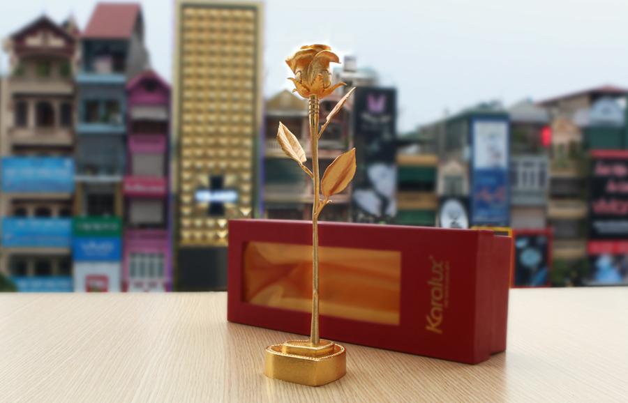 Bông hồng đúc vàng nguyên khối bởi Karalux