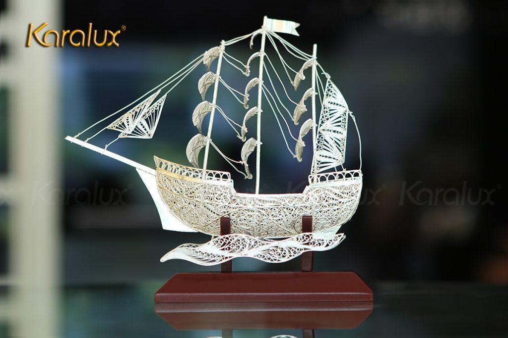 Mô hình thuyền buồm bằng bạc trước khi được mạ vàng 24k