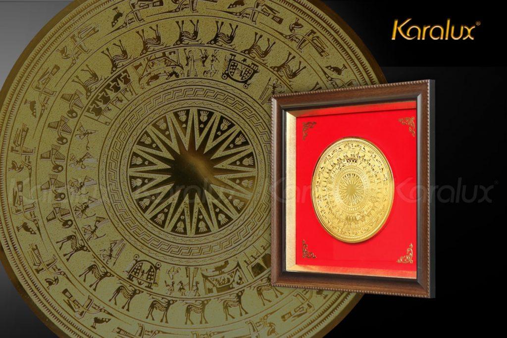 Traanh trống đồng mạ vàng Karalux được thiết kế với họa tiết nguyên bản trống đồng Đông Sơn