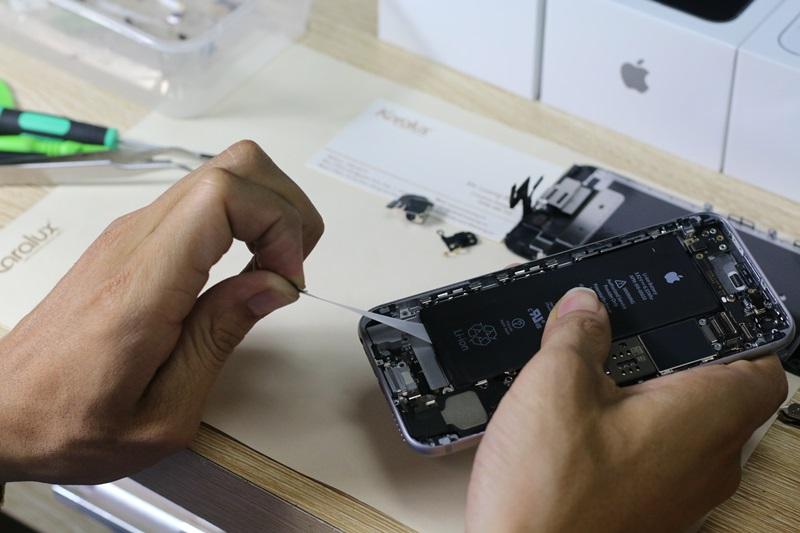 Pin được được gắn dính vào khung máy bởi một lớp keo dính, các kỹ sư của Karalux chỉ cần cầm nhẹ và kéo lớp keo dính ra