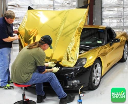 Thợ đang dán decal giả mạ vàng cho xe sang