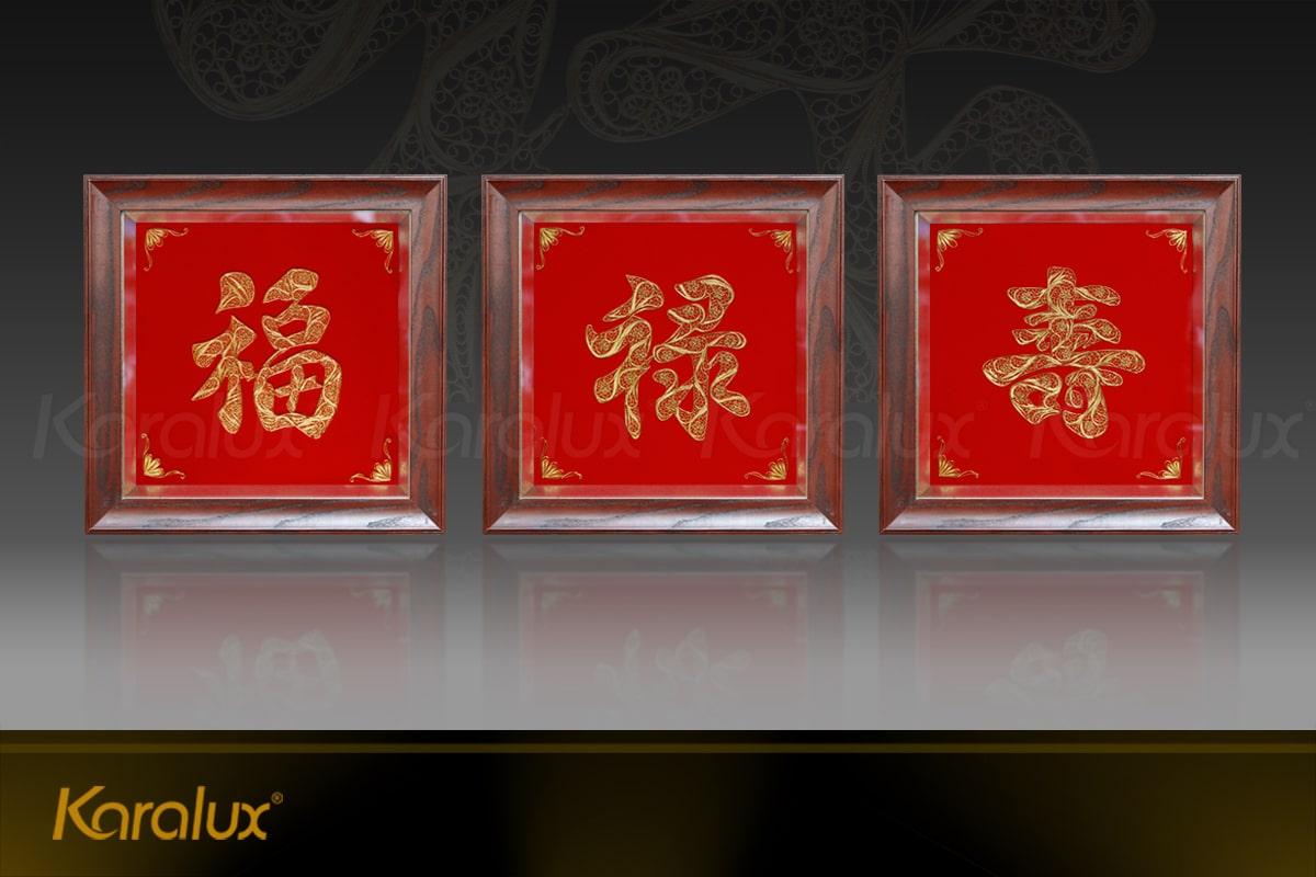 Bộ tranh chữ Phúc Lộc Thọ mạ vàng với 3 tranh rời. Quý khách có thể đặt 3 tranh liền trong 1 khung gỗ cao cấp.
