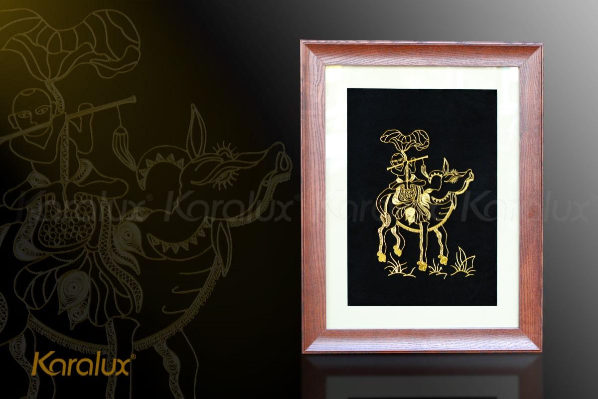 Tranh mục đồng chăn trâu thổi sáo được chế tác từ sợi bạc, mạ vàng 24K bởi nghệ nhân kim hoàn Karalux