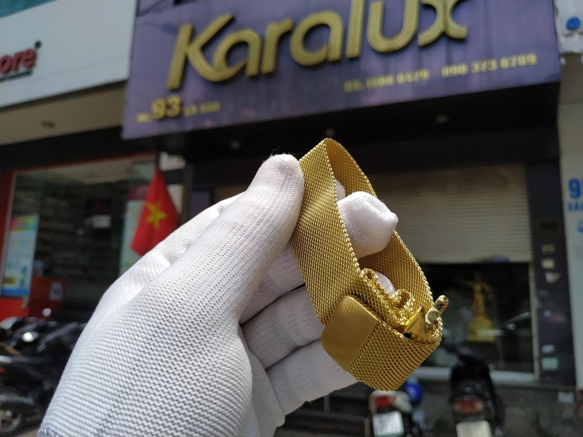 Dây đồng hồ được tẩy hóa chất và đánh bóng trước khi mạ vàng