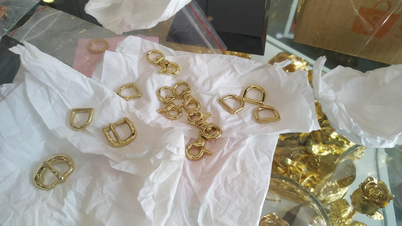 Bộ móc khóa túi xách sau khi được mạ vàng cứng 18k. Ngoài ra quý khách có thể đặt mạ bạch kim (vàng trắng), vàng hồng.