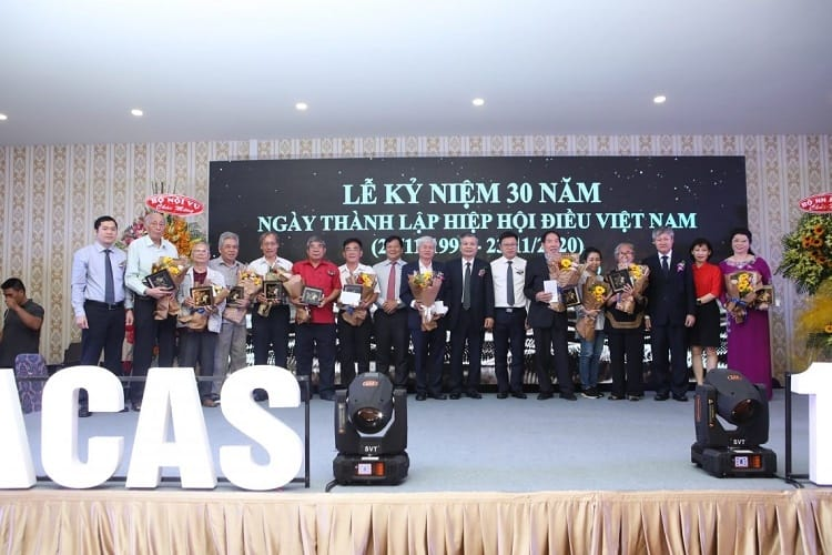 Các đại biểu nhận quà tặng tranh điều vàng tại lễ kỷ niệm 30 năm thành lập Hiệp hội Điều Việt Nam