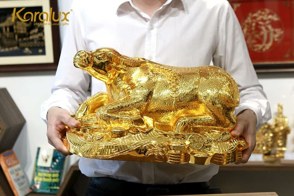 Tượng trâu mạ vàng Kim Ngưu Đại Bảo với nhiều kích thước, cỡ lớn nhất dài tới 45cm có giá 65 triệu đồng