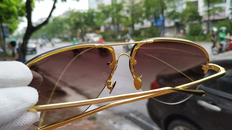 Với chất liệu tốt, chiếc kính được xử lý và mạ vàng lại với chất lượng hoàn hảo